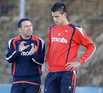 Joselu charla con Eusebio en un entrenamiento.