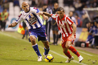 Manuel Pablo disputa un bal�n con Simao.