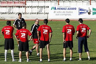 Pepe Mel se dirige a sus jugadores durante una sesi�n de entrenamiento en el Teresa Rivero del pasado mes de julio