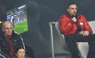 Rib�ry (derecha) y Hoeness asisten a un partido del Bayern desde el palco del Allianz Arena.