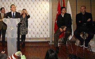 """Florentino, durante la presentación de la campaña """"Ningún niño sin juguete"""", junto a Zidane y Kaká."""