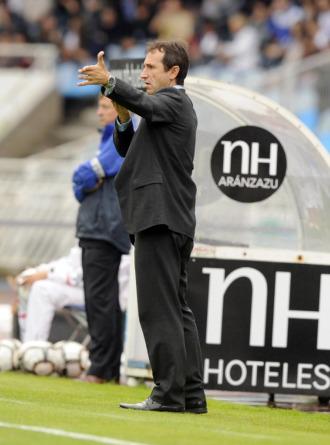 El entrenador de la Uni�n Deportiva Salamanca, Juan Carlos Oliva, dando �rdenes a su equipo durante un partido