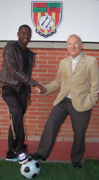 En la foto aparecen Etienne y el Presidente del CF Pobla de Mafumet Josep Mir.