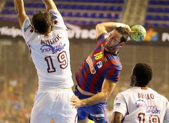 Metlicic intenta bloquear un tiro de Iker Romero ante la atenta mirada de Luc Abalo