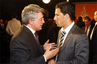 Enrique Cerezo dialoga con Maxi Rodríguez durante la comida de Navidad del club rojiblanco.