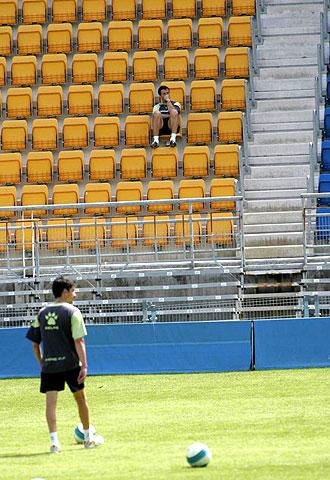 Jos� Gonz�lez observa un entrenamiento del C�diz de hace dos temporadas desde la grada del Ram�n de Carranza