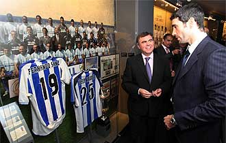 El presidente Fernando Sanz mira una camiseta con su nombre en el nuevo museo del club costasoleño.