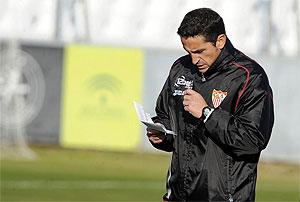 Manolo Jim�nez, en un entrenamiento del Sevilla