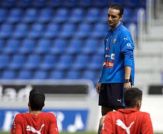 Jos� Luis Oltra se dirige a dos de sus jugadores durante un entrenamiento del Tenerife