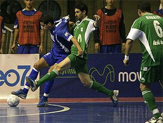 Cassio defiende el balón ante Daniel