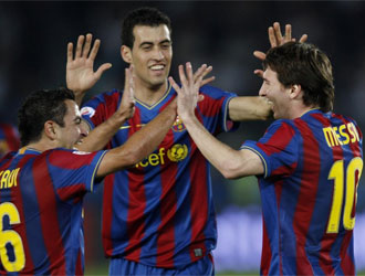 Xavi, Busquets y Messi celebran un tanto en las semifinales del Mundialito.