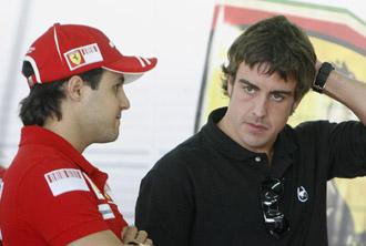 Felipe Massa charla con Fernando Alonso