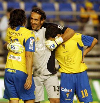 Pindado se abraza a Toedli y Arriaga al terminar un partido