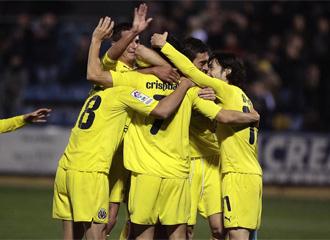Los jugadores del Villarreal B se abrazan tras conseguir un gol