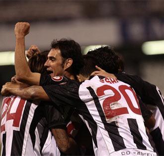 Los jugadores del Castell�n celebran un gol