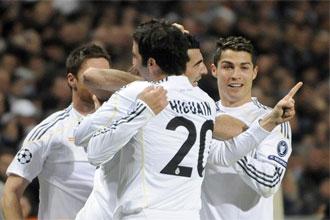 Higua�n celebra un gol junto con Albiol y Cristiano Ronaldo.