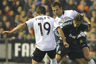 Marchena y Pablo Hern�ndez intentan quitar el bal�n a Ramos