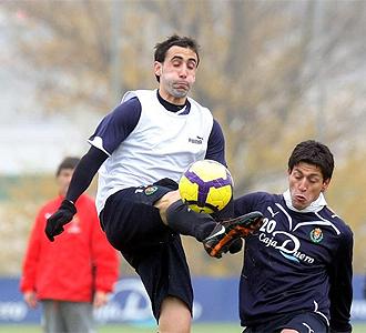 Luis Prieto disputa un balón durante un entrenamiento.