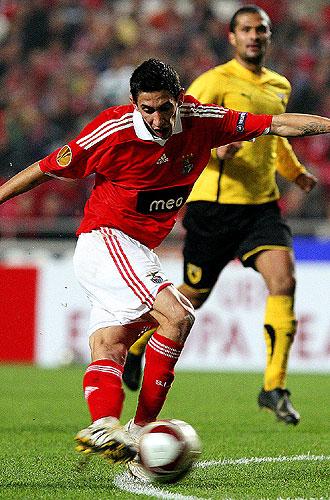 Di Mar�a realiza la rabona con la que le marc� el gol al AEK Atenas en la UEFA.