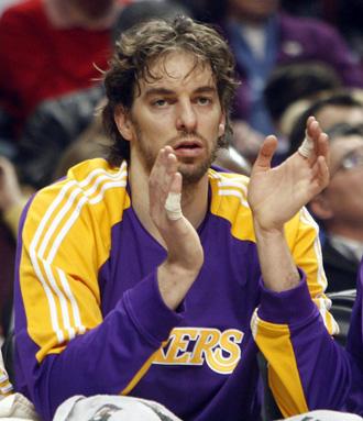 Pau Gasol aplaude desde el banquillo en un choque de los Lakers.