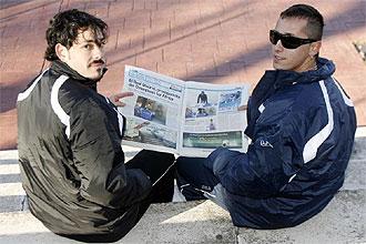 David Amor y Omar Gonz�lez posan con un ejemplar de MARCA