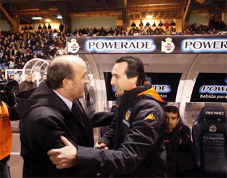 Lotina y Emery se saludan antes del encuentro entre Deportivo y Valencia.