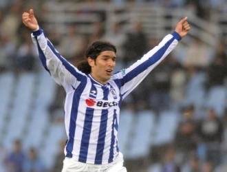 Abreu celebra un gol con la Real
