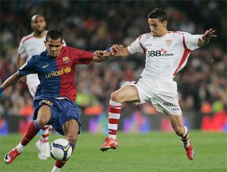 Alves y Navas en el Bar�a-Sevilla de la temporada pasada