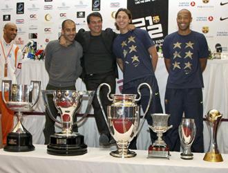Guardiola, Laporta, Ibrahimovic y Henry posan junto a los seis títulos conseguidos por el Barcelona este año.