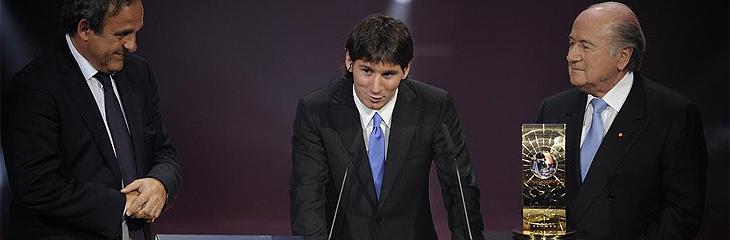 Messi recibe de manos de Blatter y Platini el FIFA World Player