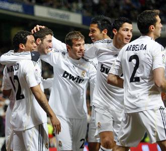 Varios jugadores del Madrid celebran uno de los tantos ante el Zaragoza.