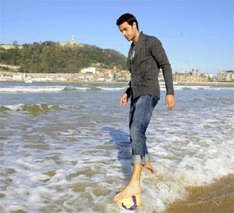 Xabi Prieto posa para MARCA en la playa.