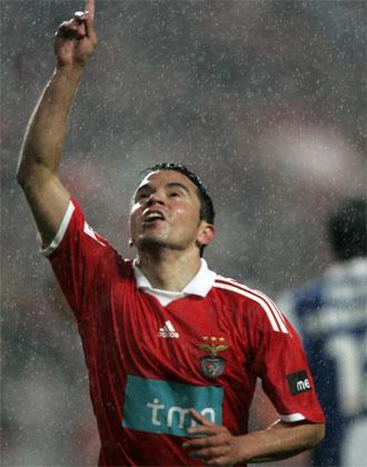 Saviola celebra el tanto de la victoria del Benfica ante el Oporto.