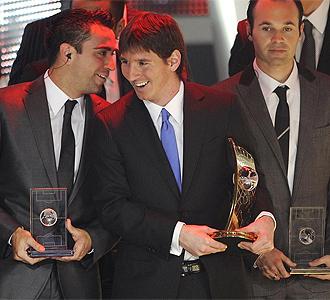 Xavi. Messi e Iniesta tras recibir el galard�n.