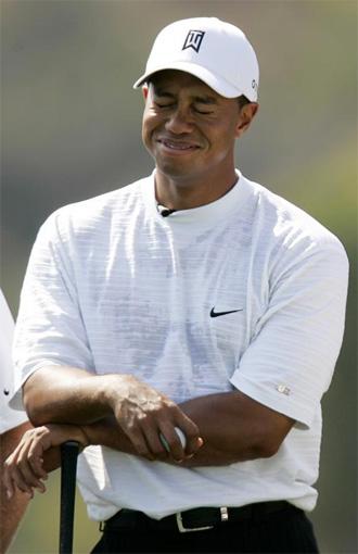 Tiger Woods bromea durante un torneo