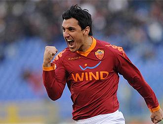 Burdisso celebra un gol