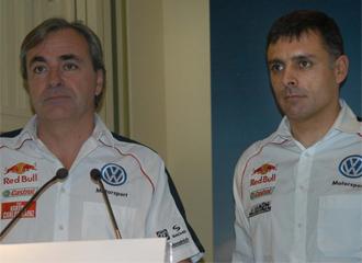 Carlos S�inz junto a Lucas Cruz, en la comida con los medios previa al Dakar 2010
