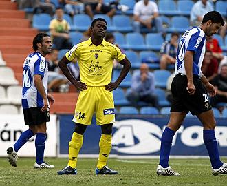 Ogbeche, que en la foto se lamenta de una ocasi�n fallada ante el H�rcules, es uno de los tres jugadores del C�diz que no podr� empezar el 2010 jugando