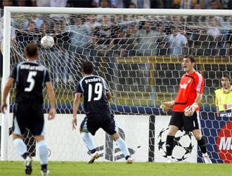 Pandev bate a Casillas en un partido de la Champions 07/08