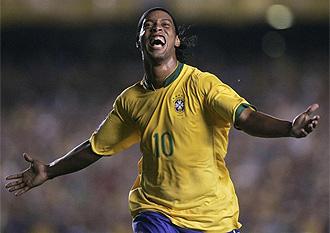 Ronaldinho celebra un gol con la selecci�n brasile�a