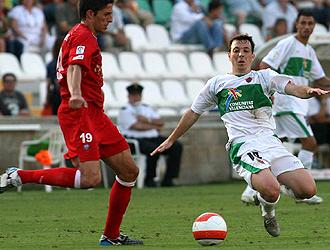 Rubén se lanza al suelo al cortar la internada de Charpenet durante el Elche-Ferrol de hace dos temporadas... el francés ahora jugará con los ilicitanos
