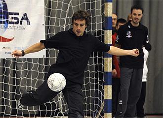 Alonso golpea un bal�n en la Gala