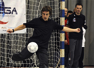 Alonso golpea un balón en la Gala