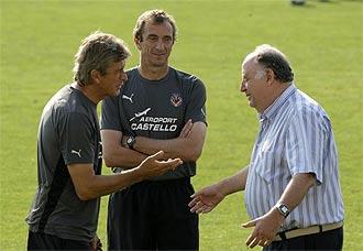 Pellegrini conversa con Llaneza, ante Ruben Cousillas, en un entrenamiento del Villarreal en octubre de 2008.
