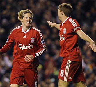 Torres y Gerrard celebran un gol del Liverpool.