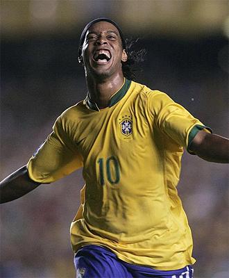 Ronaldinho celebra un gol con la camiseta de Brasil.