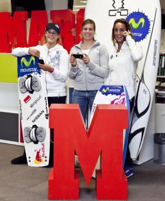 Por la izquierda, Gisela Pulido, Marina Alabau y Eunate Aguirre bromean con sus tel�fonos m�viles durante una visita a la redacci�n de MARCA.