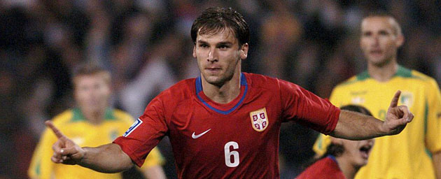 Ivanovic celebra un tanto con la selección serbia.