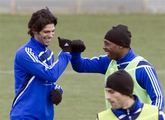 Lafita y Songo'o bromean durante el entrenamiento del Zaragoza
