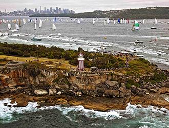 Las 98 embarcaciones que este a�o disputan la cl�sica Sideny-Hobart abandonan el puerto de la capital de australia
